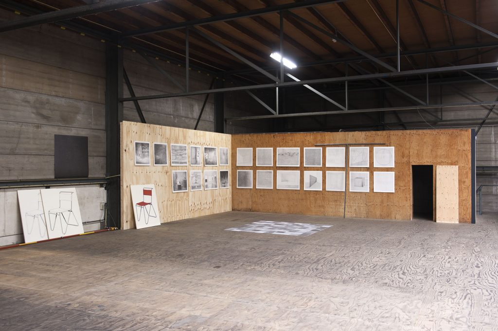 Grondvloer (installatie, detail), potlood, papier, karton, diverse maten, 2016. Installatie in de tentoonstelling 'Snapshot of a larger order', Schiedam, 2016